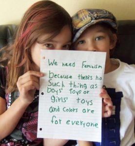 """Necesitamos el feminismo porque no existen los """"juguetes de niño"""" o """"de niña"""" y los colores son para todos. =)"""